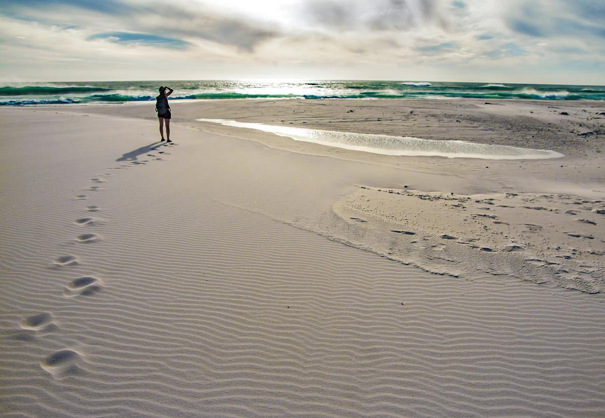 Vrouw Loopt Op Het Strand