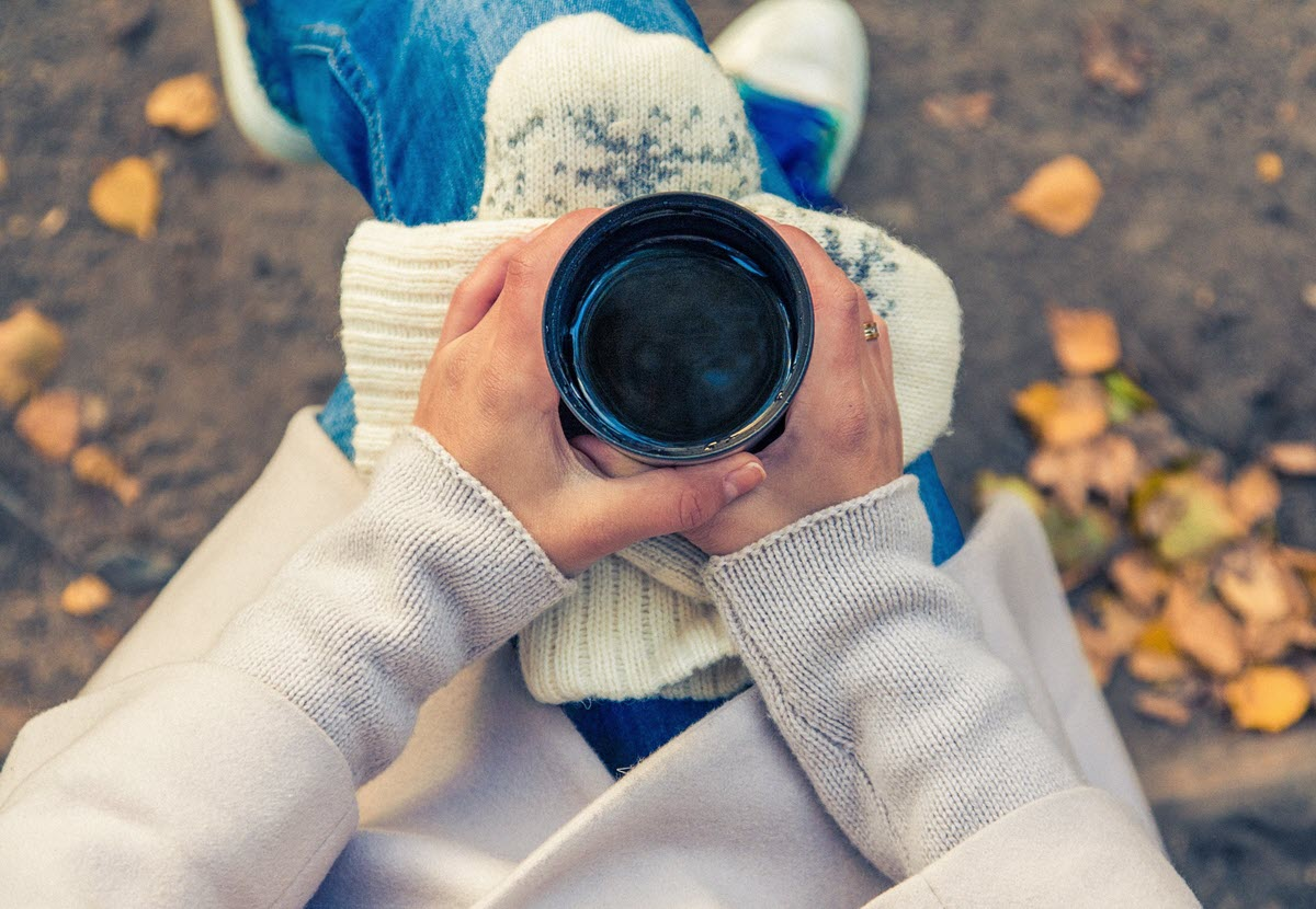 Vrouw Met Koffie In Haar Hand